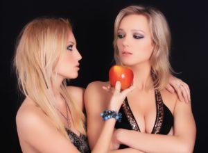 Девушка предлагает яблоко