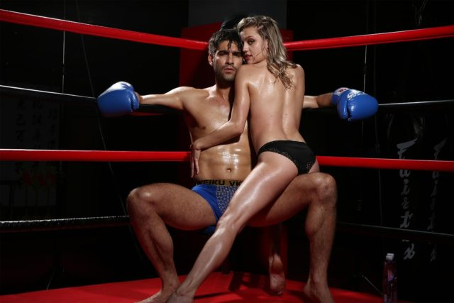 Парень и девушка на боксерском ринге
