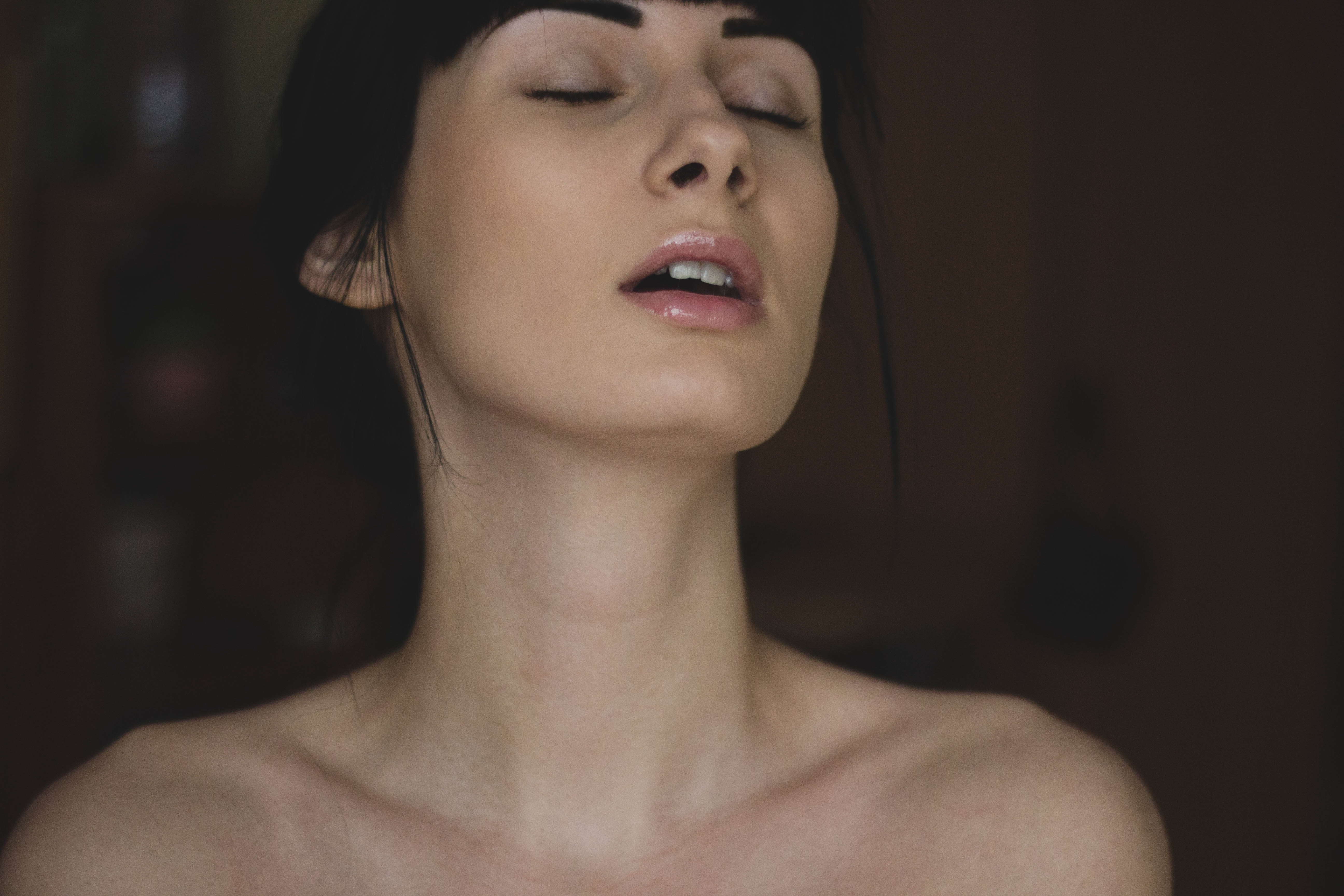 Женщина закрыла глаза от удовольствия