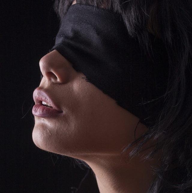 Повязка на лице у девушки