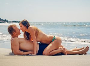 Влюбленная пара на морском берегу