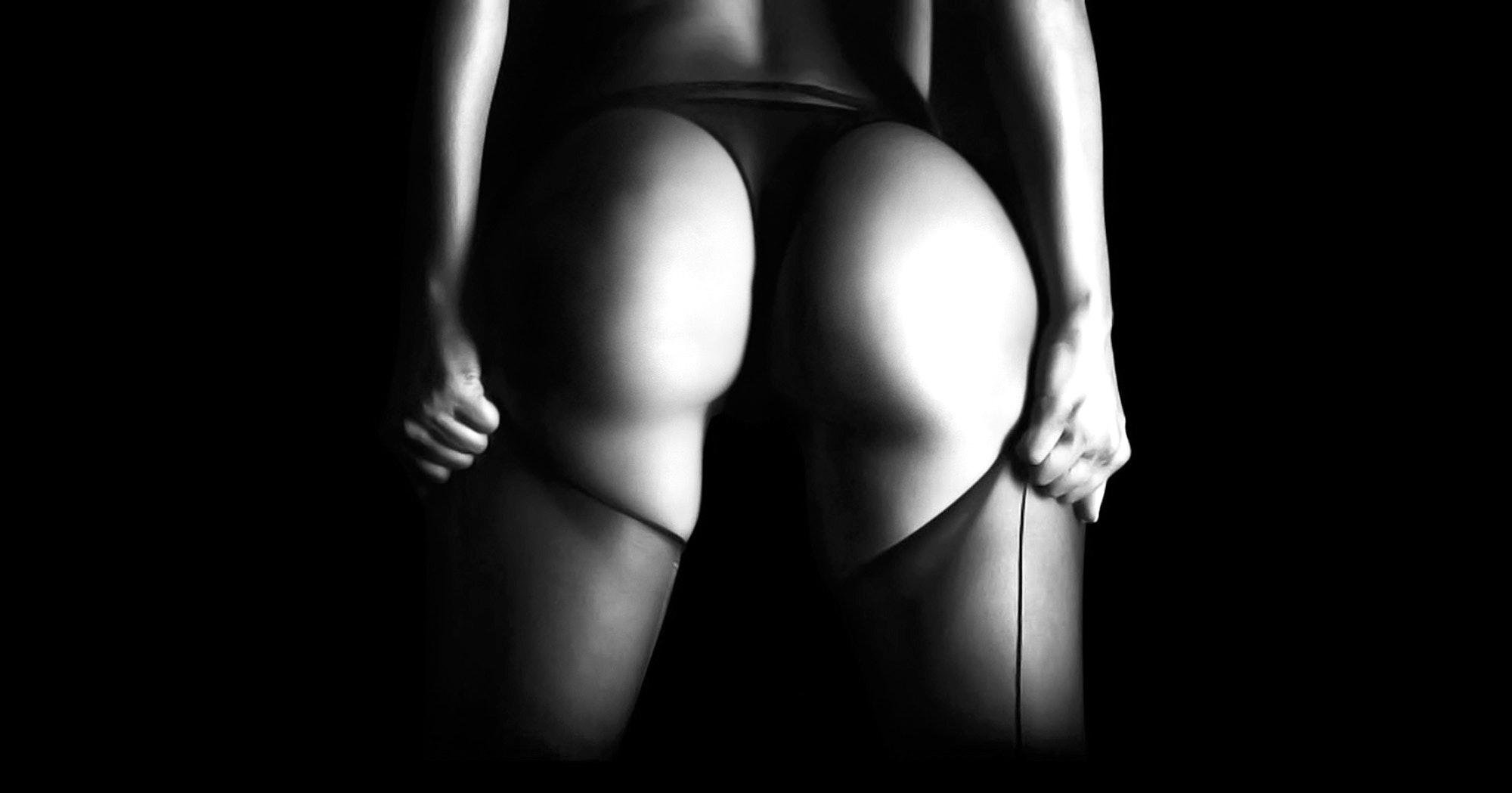 Женщина в черных чулках