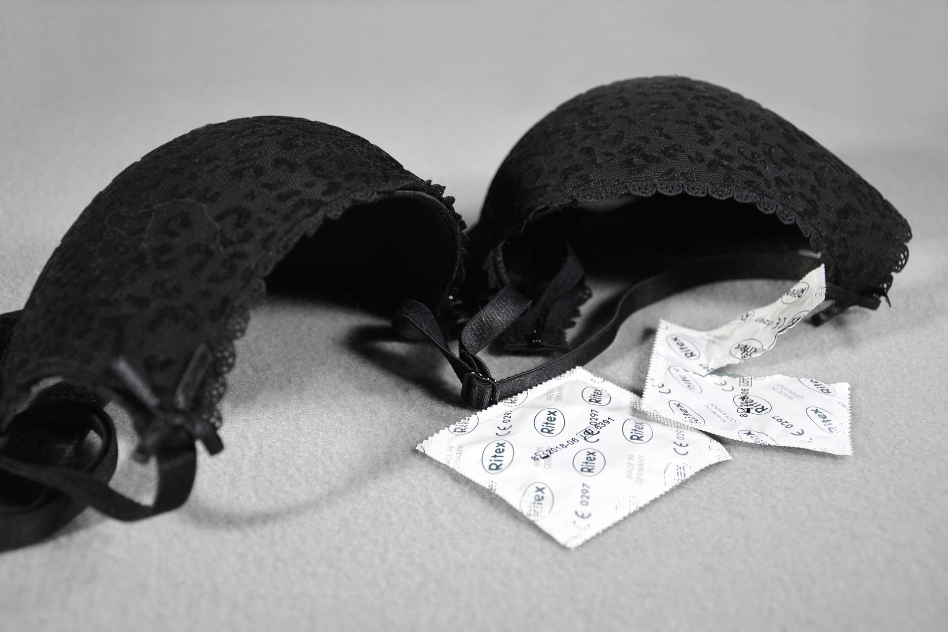 Бюстгальтер и презервативы
