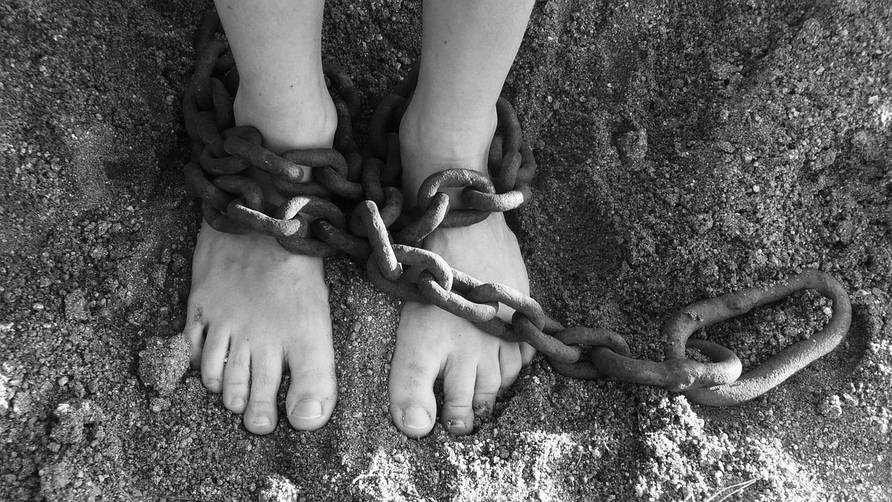 Девушка с цепью на ногах