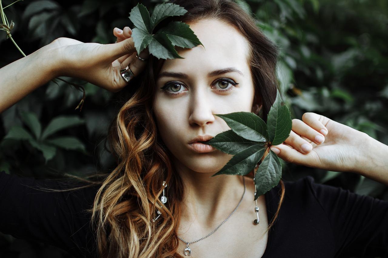 Лицо девушки в листьях