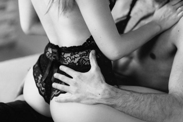 Мужчина и женщина занимаются любовью