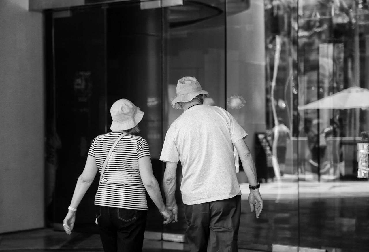 Люди рассматривают витрину магазина
