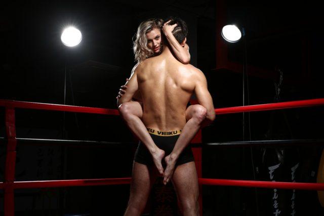 Девушка обнимает парня ногами