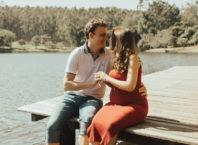 Беременная женщина с мужем на пирсе