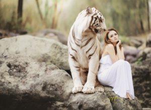Девушка и белый тигр