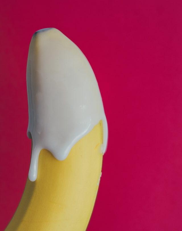 Банан в кожуре