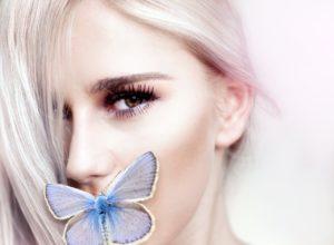 Лицо девушки и бабочка