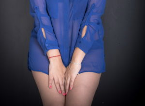 Женщина в прозрачной рубашке