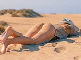 Девушка лежит на песке