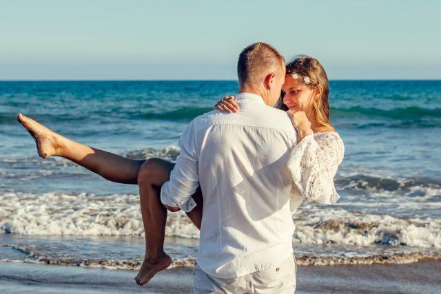 Мужчина и девушка на пляже